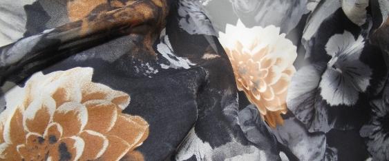 Blumen, ocker auf schwarz