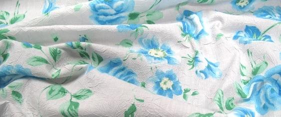 Rosenmotiv in zart bleu und grün auf weiß