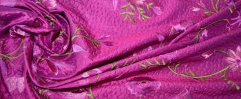 bestickter Dupion mit Textilprägung