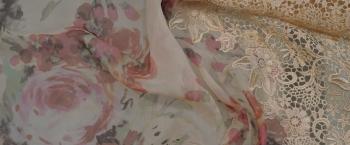 Chiffon mit Spitzenborte - Rosen