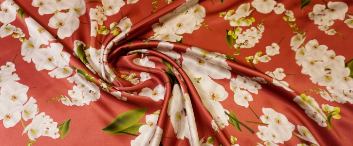 Seidensatin - Blumen auf rot