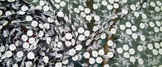 Tüllstickerei weiße Blütenapplikation auf schwarz