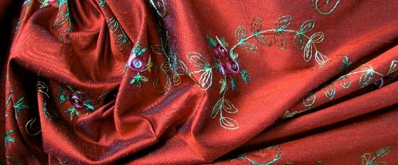 bestickte Seide - Floralmotiv auf rot