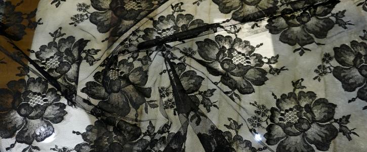 Rest Tüllspitze - große Blumen in schwarz