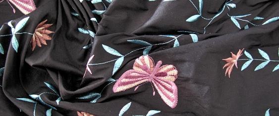 bestickte Seide -Schmetterlinge auf schwarz