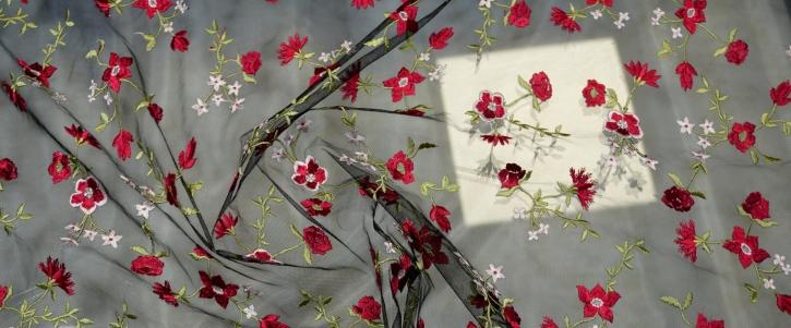 bestickter Tüll - rote Blüten