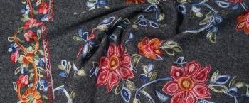 Viskose mit Schurwolle - farbenfroh bestickt