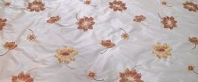 Rest beige, bestickte Seide mit Blumenmotiv