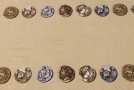 Rapport - Münzen und Brokatbordüre