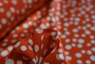 Seidensatin - Punkte auf rot