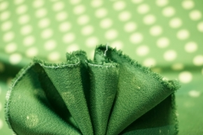 Seidensatin - polka dots auf grün